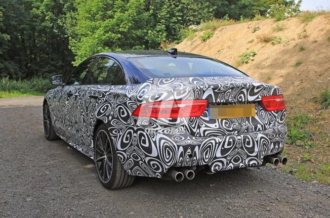 Jaguar XE SVR 2018 - foto espía posterior