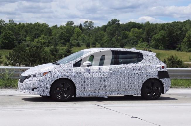 Nissan Leaf 2018 - foto espía lateral