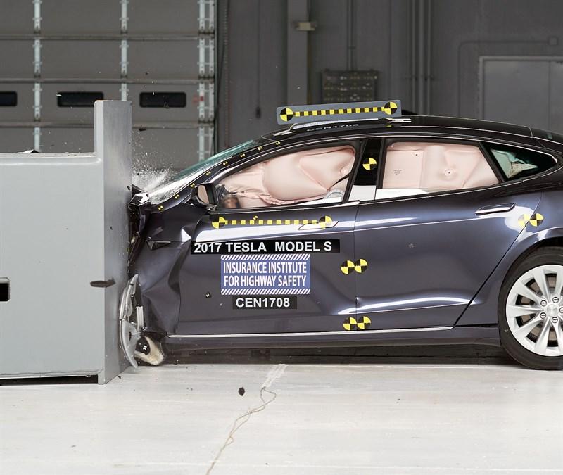 Tesla Model S 2017: empeora sus resultados previos en los crash-tests del IIHS