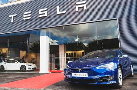Tesla inaugura su primer centro de servicio oficial en España