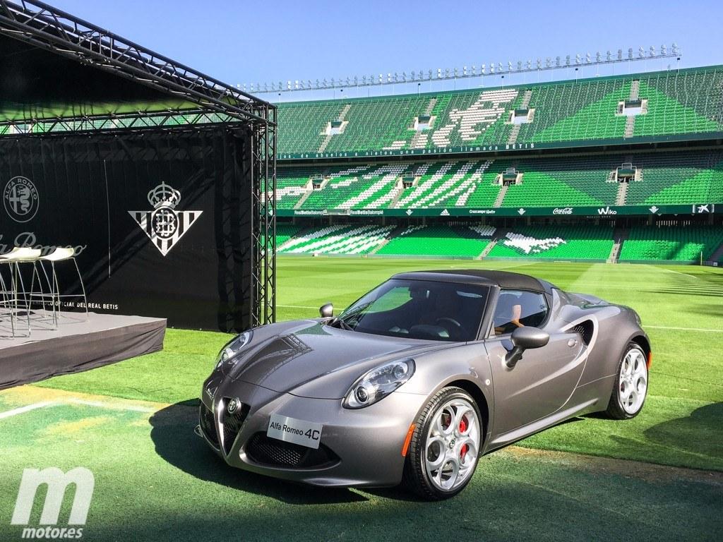 Alfa Romeo entrega las llaves de sus vehículos a los jugadores del Betis