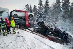 Un camión cargado de prototipos BMW se sale de la carretera en Suecia