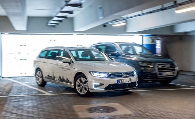 El Grupo Volkswagen ofrecerá de serie la función de arpacamiento autónomo