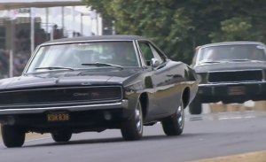 El Mustang Bullitt original recrea la célebre persecución con un Charger en Goodwood