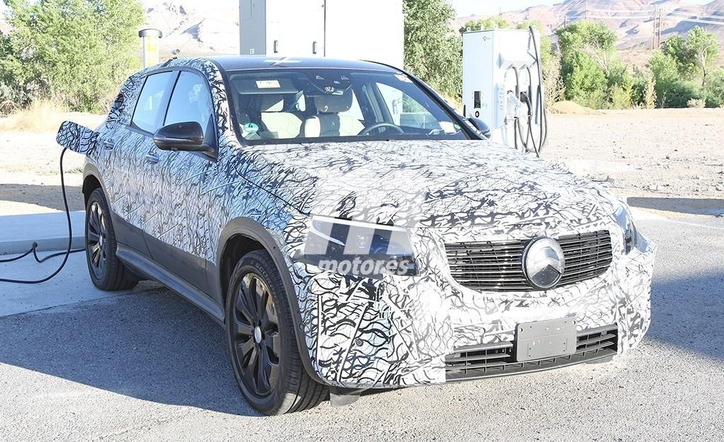 El Mercedes EQC se deja ver mientras recarga sus baterías