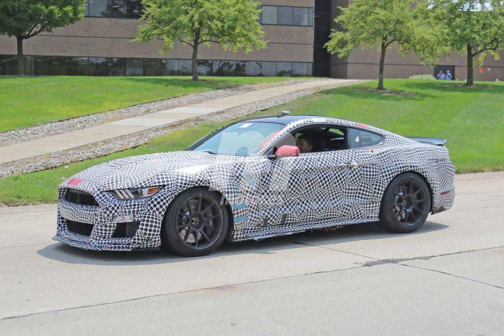 El Mustang Shelby GT500 estrena alerón de carbono en sus últimas pruebas