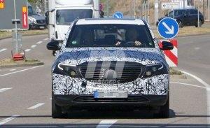 El nuevo Mercedes EQC pierde camuflaje y deja ver parte de su interior