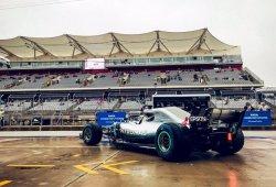 Hamilton le mete más de un segundo en mojado a sus rivales