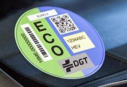 Madrid obliga a los conductores a colocar el distintivo medioambiental de la DGT