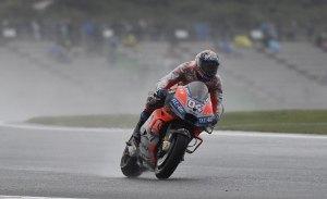 Andrea Dovizioso surca las aguas para ganar el GP de Valencia
