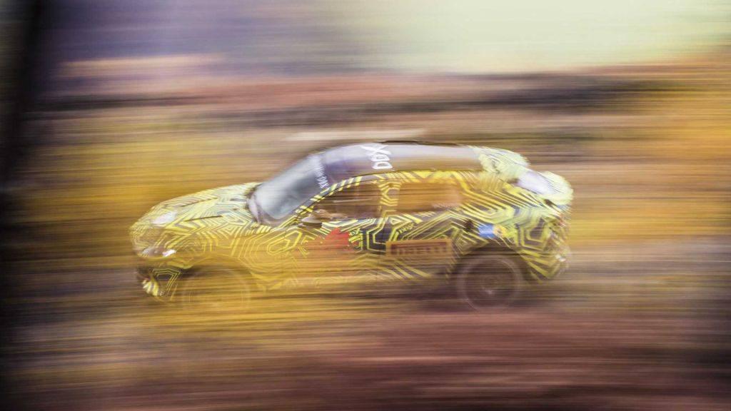 Los primeros prototipos del Aston Martin DBX en movimiento [vídeo]