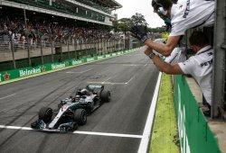Un escape roto puso en peligro la victoria de Hamilton y el título de Mercedes