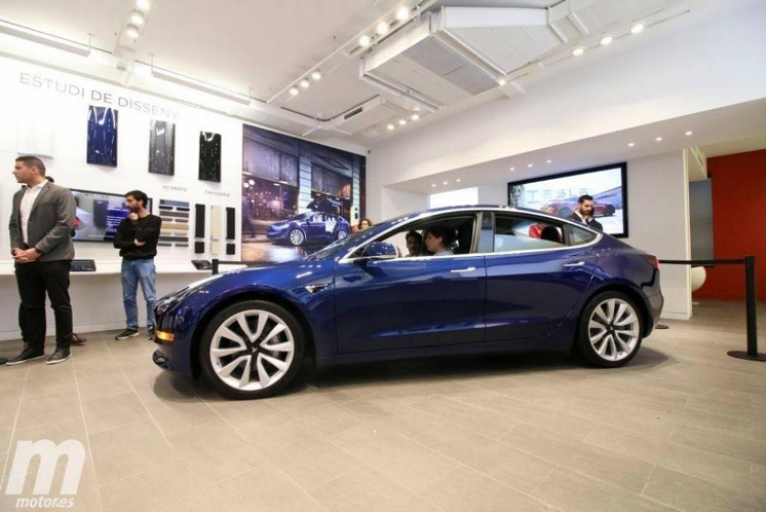 El Tesla Model 3 pisa por primera vez España. ¡Así luce el 'baby Tesla'!