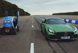Drag Race bizarra: Renault Twizy vs. Mercedes-AMG GT R (marcha atrás)