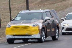 La próxima generación del Toyota Highlander cazado con rasgos del RAV4