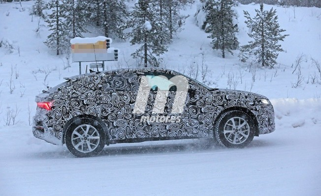 Audi Q4 - foto espía lateral