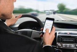 El cambio de Gobierno deja pendiente castigar más el uso del móvil