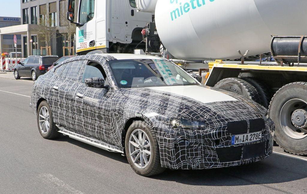 El futuro BMW i4 vuelve a dejarse ver en pruebas, interior incluido