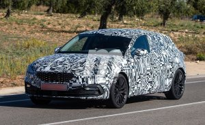 El nuevo SEAT León 2020 pierde camuflaje, parte de su frontal al descubierto