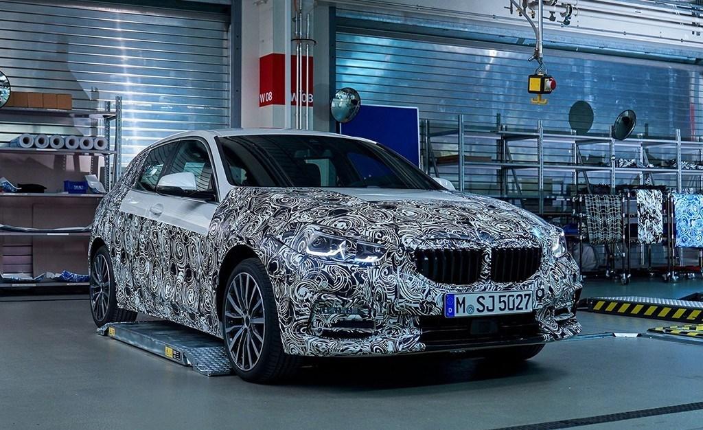 El nuevo BMW Serie 1 se desprende de parte de su camuflaje