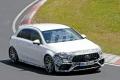 El Mercedes-AMG A 45 pierde camuflaje y estrena spoiler fijo en Nürburgring