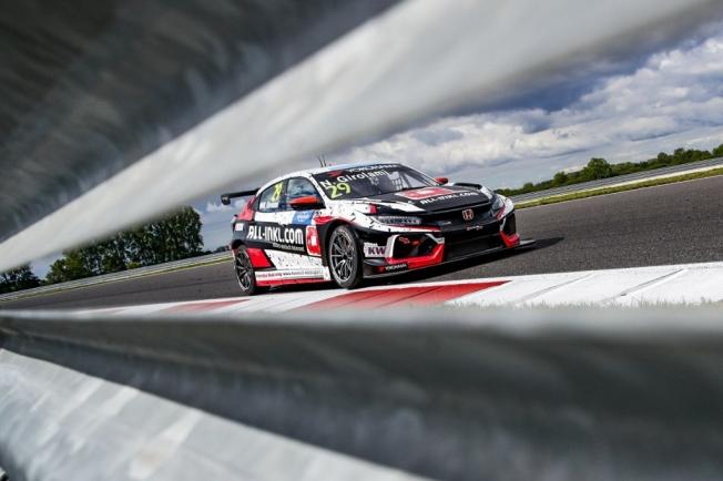 Girolami lidera el doblete con sabor argentino de Honda en Slovakia Ring