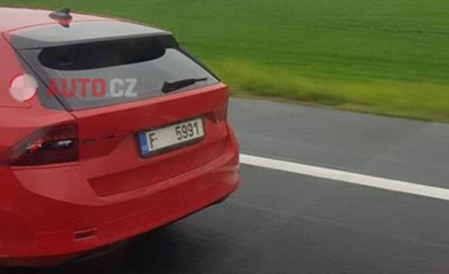Skoda Octavia 2020 - foto espía posterior