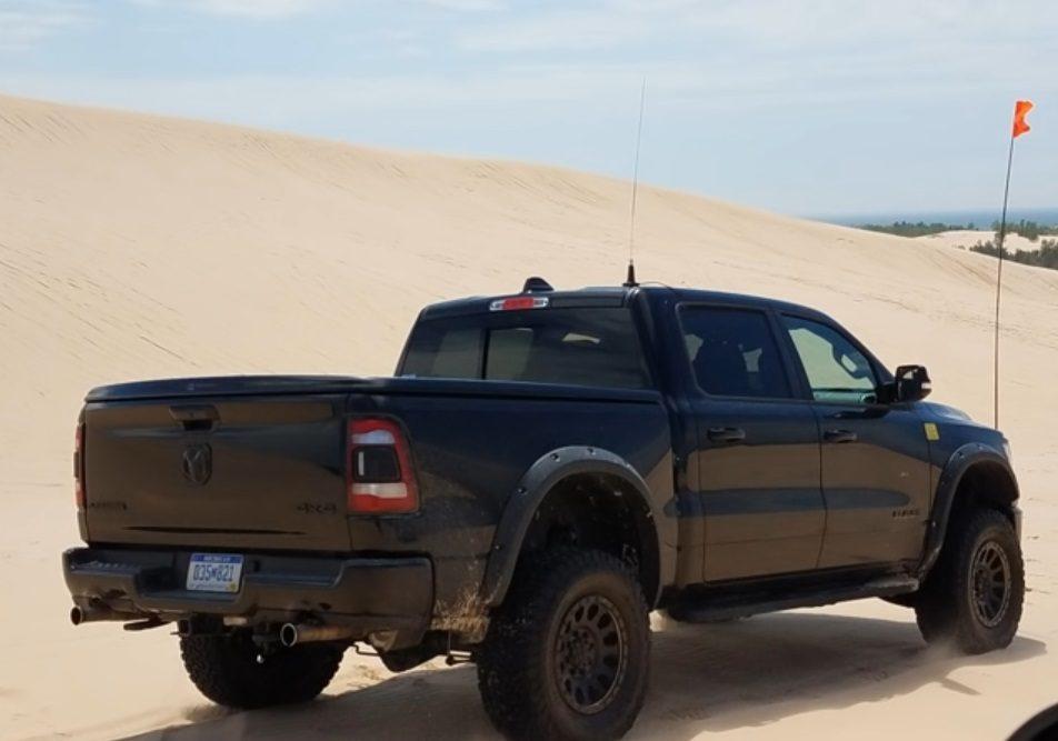 El futuro RAM Rebel TRX Hellcat se enfrenta a las dunas [vídeo]