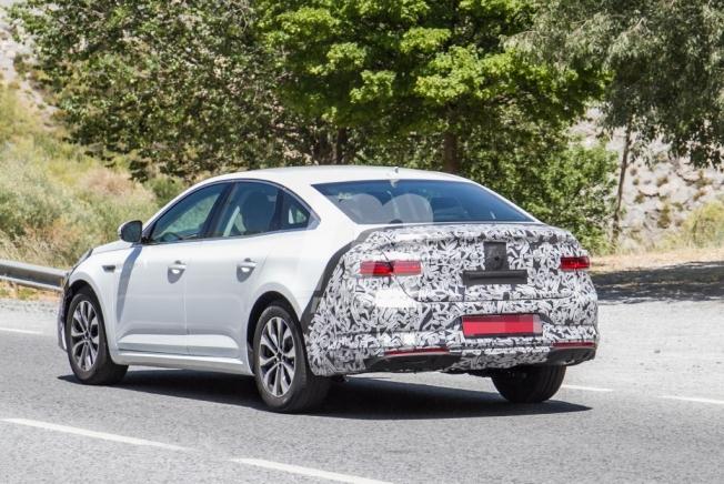 Renault Talisman 2020 - foto espía posterior