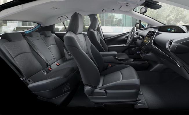 Toyota Prius PHEV 2019 - interior