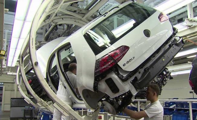 Producción del Volkswagen e-Golf, el popular coche eléctrico