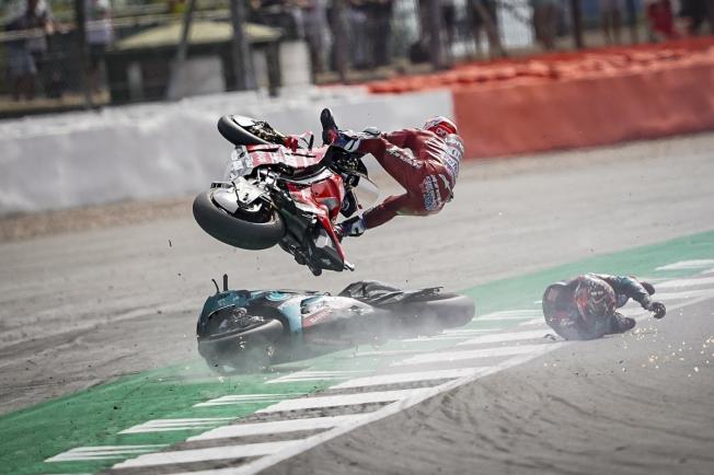 Dovizioso y Quartararo salen indemnes de su brutal caída en Silverstone