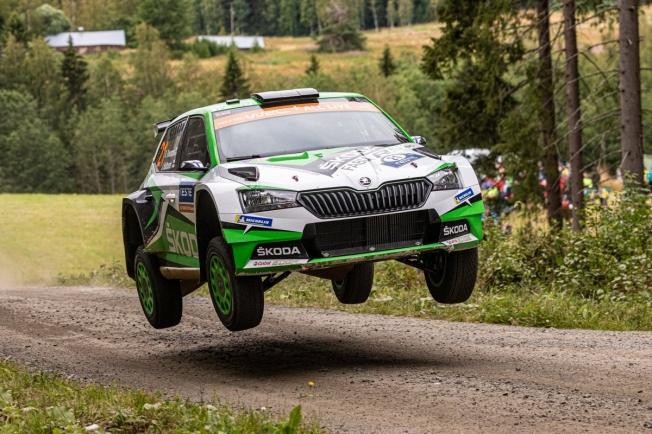 Ott Tänak resiste la presión de Esapekka Lappi en Finlandia