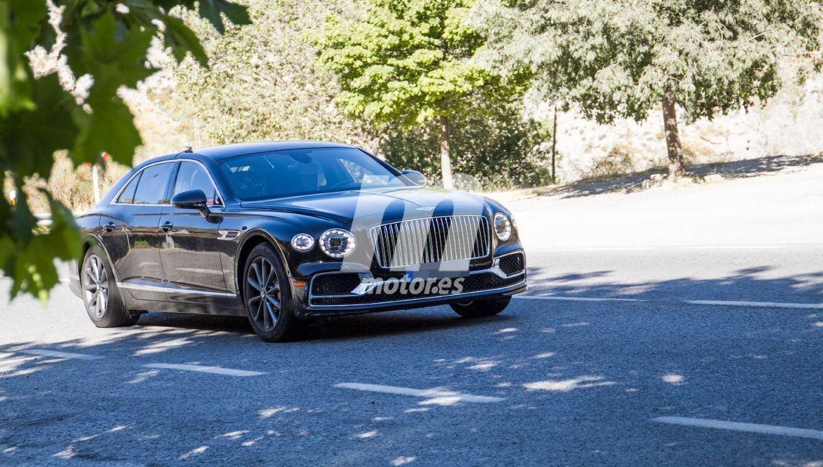 El nuevo Bentley Flying Spur Hybrid rueda completamente destapado de camuflaje