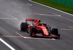 Lluvia, accidentes, tres banderas rojas y Leclerc al frente
