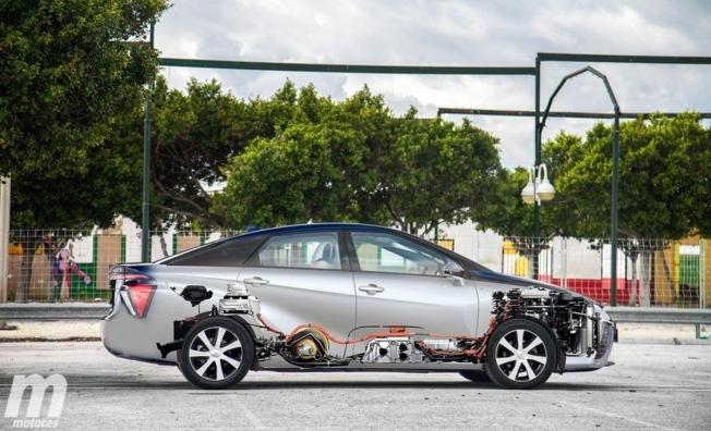 Toyota Mirai - lateral