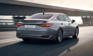 Lexus prueba un prototipo del ES con un nuevo sistema de tracción total eléctrica