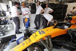 Un cable causó el fallo en el McLaren de Sainz, que valora salir desde el pit-lane
