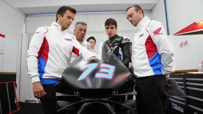 Alex Márquez debuta en Honda con caída y el aval de Alberto Puig