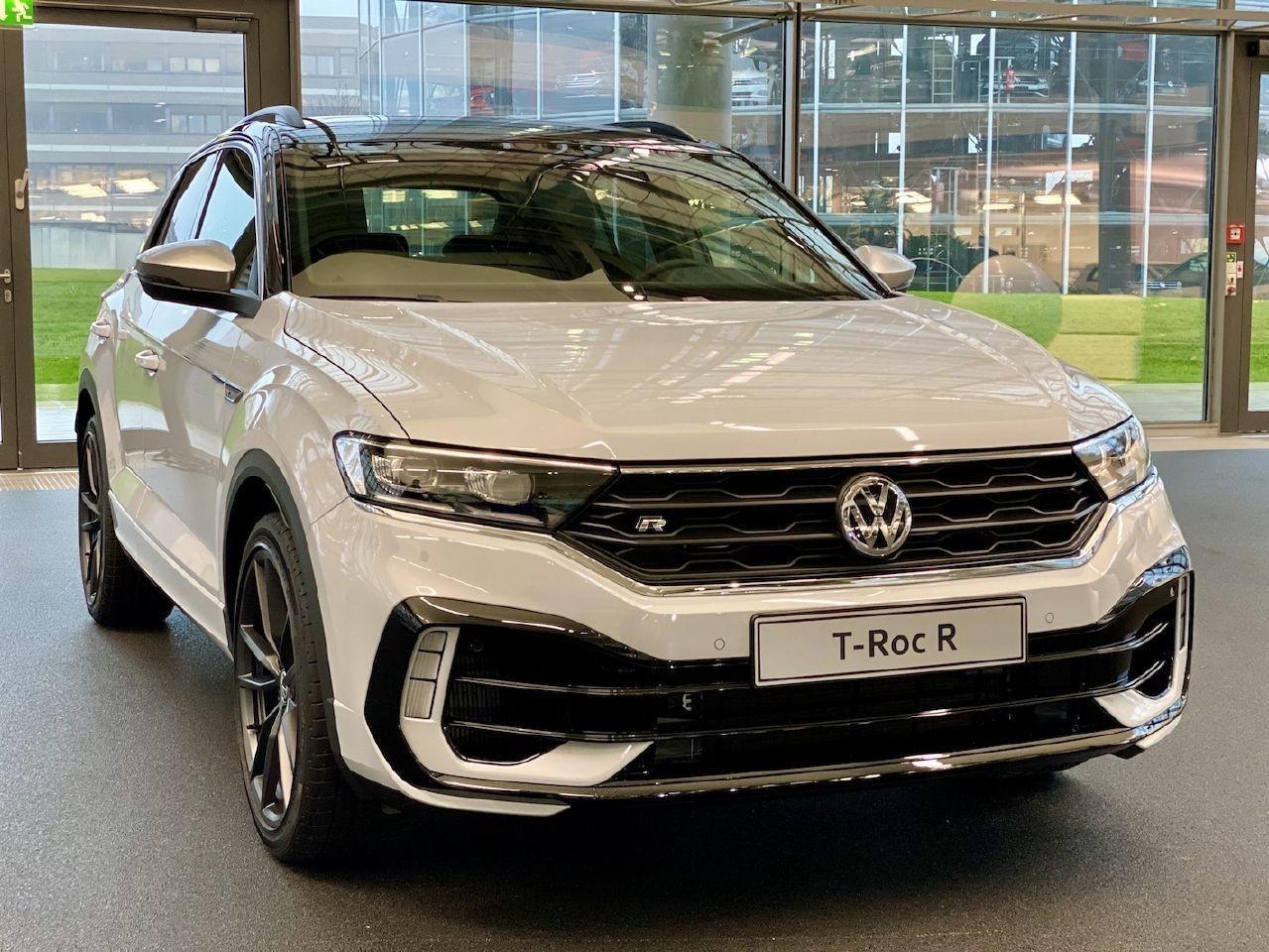 Volkswagen entrega la primera unidad del T-ROC R a un empleado de la casa alemana
