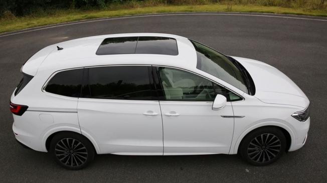 Volkswagen Viloran - foto espía lateral