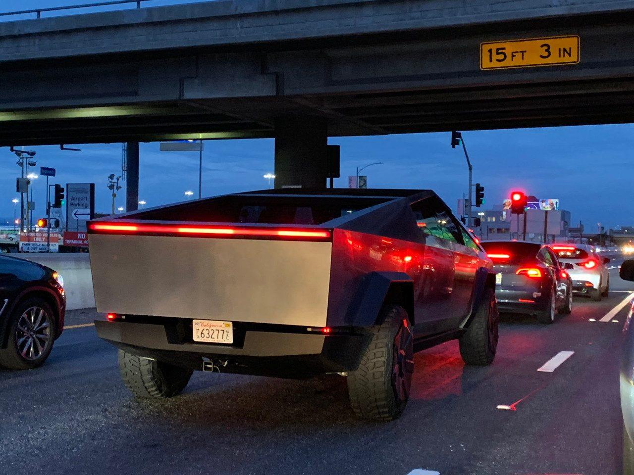 El Tesla Cybertruck luce aún más extraño en la calle