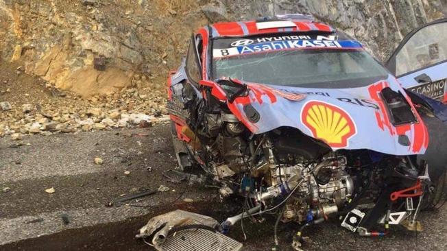 Accidente de Ott Tänak en un Rally de Montecarlo liderato por Elfyn Evans