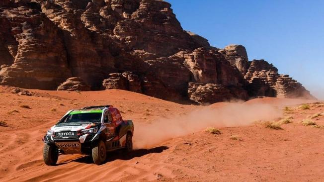 Los grandes 'gallos' del Dakar brillan en las primeras dunas