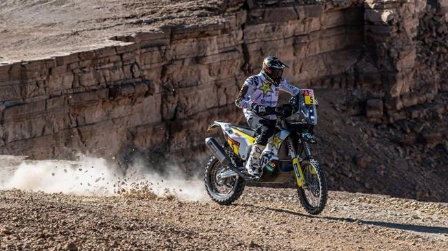 Los líderes del Dakar en motos y coches ceden tiempo en la novena etapa