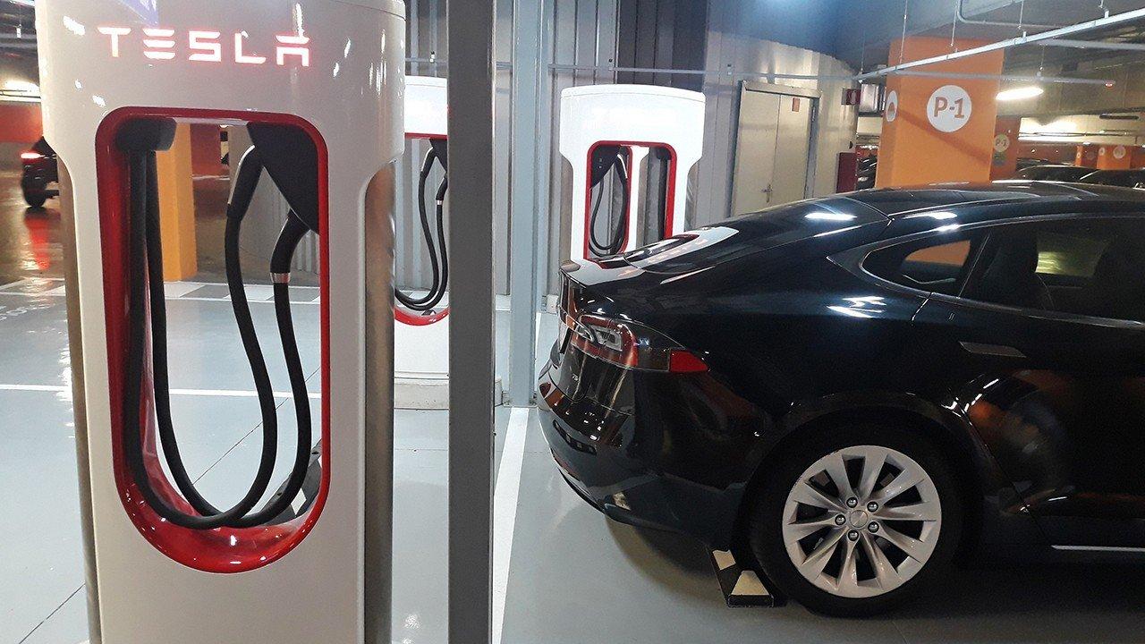 La red de supercargadores de Tesla en España sigue creciendo con Torre Sevilla