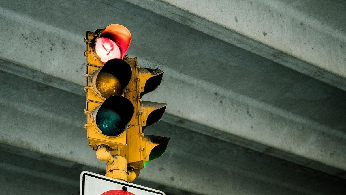 Si te saltas un semáforo en rojo, retirada de puntos y multa
