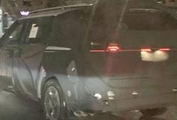 Parte de las ópticas del nuevo Kia Sedona al descubierto en estas fotos espía