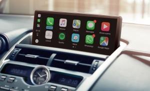 Un estudio revela el peligro de manejar Android Auto y Apple CarPlay durante la conducción