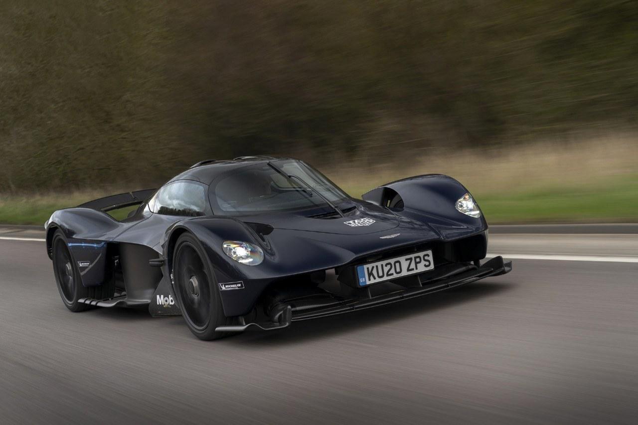 El Aston Martin Valkyrie sale del circuito y rueda por primera en carretera